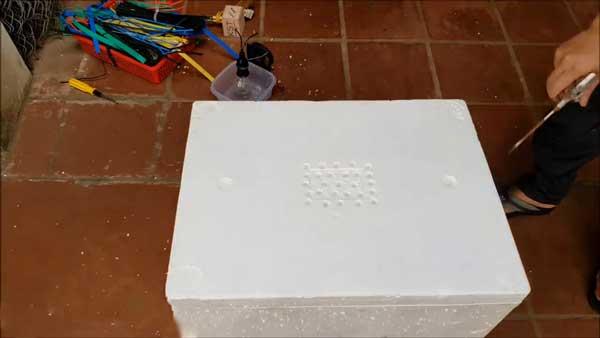 ایجاد سوراخ های تهویه در درب دستگاه جوجه کشی - فروشگاه چیکن هچ